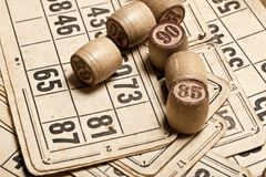 Lijstspel Bingo Houten Lottovaten met zak, speelkaarten voor het spel van de Lottoraad, vrije tijd, het gokken, loterij, royalty-vrije stock afbeeldingen