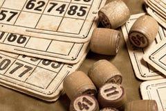 Lijstspel Bingo Houten Lottovaten met zak, speelkaarten voor Lottokaartspel, vrije tijd, spel, strategie, het gokken, loterij, royalty-vrije stock afbeeldingen
