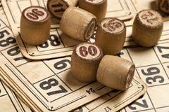Lijstspel Bingo Houten Lottovaten met zak, speelkaarten voor Lottokaartspel, vrije tijd, spel, strategie, het gokken, loterij, stock afbeelding