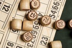 Lijstspel Bingo Houten Lottovaten met zak, speelkaarten voor Lottospelen, spelen voor familie stock fotografie