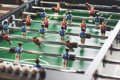 Lijstvoetbal in het vermaakcentrum Close-upbeeld van plastic spelers in een voetbalspel royalty-vrije stock foto
