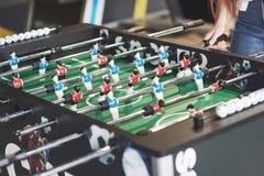 Lijstvoetbal in het vermaakcentrum Close-upbeeld van plastic spelers in een voetbalspel royalty-vrije stock foto's