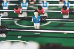 Lijstvoetbal in het vermaakcentrum Close-upbeeld van plastic spelers in een voetbalspel stock foto