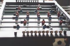 Lijstvoetbal in het vermaakcentrum Close-upbeeld van plastic spelers in een voetbalspel stock afbeelding