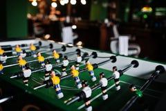 Lijstvoetbal of voetbalspel met gele en witte spelers stock afbeelding