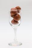 Likörexponeringsglas med muttrar Royaltyfri Fotografi