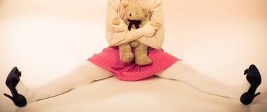 Lik ett barn kvinna med leksaken för nallebjörn Arkivfoto