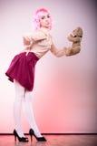 Lik ett barn kvinna med leksaken för nallebjörn Arkivbild