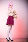 Lik ett barn kvinna med leksaken för nallebjörn Arkivfoton