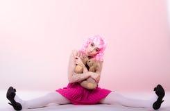 Lik ett barn kvinna med leksaken för nallebjörn Fotografering för Bildbyråer