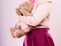 Lik ett barn kvinna med leksaken för nallebjörn Royaltyfri Bild