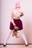 Lik ett barn kvinna med leksaken för nallebjörn Royaltyfri Fotografi