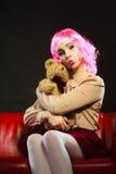 Lik ett barn kvinna och nallebjörn som sitter på soffan Royaltyfri Foto