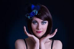 Lik kvinna för docka med blåtthatten och långa snärtar Royaltyfri Fotografi