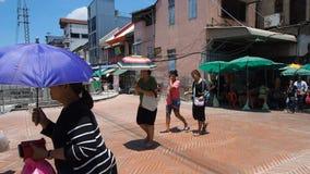 Likadana lokaler och turister att gå i en renoverad del av staden lager videofilmer