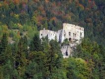 Likava在森林隐藏的城堡废墟 库存图片