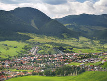Likavka村庄鸟瞰图  免版税库存照片