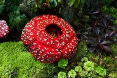 Likblomman göras av att gripa in i varandra den plast- tegelstenleksaken Likblomman är den största individuella blomman på jord S Arkivfoton