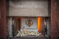 Liket i kistan bränner i kremera Arkivfoton