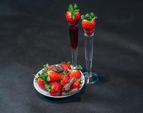 Likeur en wodka in glazen met aardbeien, aardbeienverstand royalty-vrije stock afbeelding
