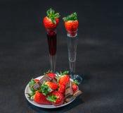 Likeur en wodka in glazen met aardbeien, aardbeienverstand stock afbeeldingen