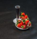 Likeur in glas, aardbeien met stukken van chocolade op een wh royalty-vrije stock afbeelding