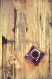 Likeur in glas en fles op bruine achtergrond royalty-vrije stock afbeelding
