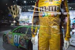 Likformig för racerbil för Kyle Busch ` s m&m Toyota Camry Nascar royaltyfri foto