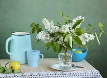 Lilás e maçãs brancos Flores em um vaso Foto de Stock Royalty Free