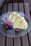 Lilás geado da cereja do bolo da baunilha Imagem de Stock