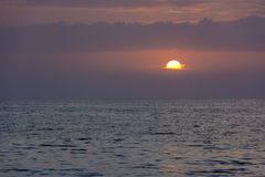 Lilás, por do sol cor-de-rosa sobre o mar Fotografia de Stock Royalty Free