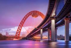 Lila Abend an der Zhivopisny-Brücke Lizenzfreie Stockfotografie