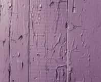 Lila bakgrundstextur av gamla bräden med sjaskig och sprucken målarfärg arkivfoton