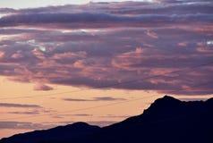 Lila-, blått- och rosa färghimlar över Mesa Mountains i Arizona Arkivfoton