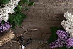 Lila Blüte auf rustikalem hölzernem Hintergrund mit leerem Raum für Grußmitteilung Beschneidungspfad eingeschlossen Lizenzfreie Stockfotos