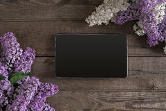 Lila Blüte auf rustikalem hölzernem Hintergrund, Tablette mit leerem Raum für Grußmitteilung Beschneidungspfad eingeschlossen Lizenzfreie Stockfotografie
