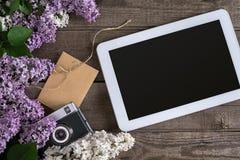 Lila Blüte auf rustikalem hölzernem Hintergrund, Tablette mit leerem Raum für Grußmitteilung Scheren, Threadspule, klein Lizenzfreie Stockbilder