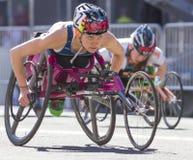 Lila Bloomsday 2013 12k laufen in der Rollstuhl-Abteilung Frauen Spokanes WA Stockbild