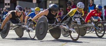 Lila Bloomsday 2013 12k laufen in der Rollstuhl-Abteilung Männer Spokanes WA Stockfotografie