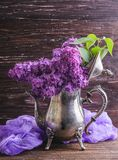Lila Blumen in der dekorativen Weinleseteekanne Lizenzfreie Stockfotos