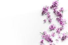 Lila Blumen des Frühlinges auf workdesk weiblichem Draufsichtmodell des Hintergrundes Innenministeriums weißem Lizenzfreies Stockbild