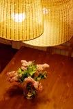 Lila Blumenstrauß auf Tabelle stockfotos
