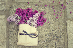 Lila Blumenstrauß in einer Papiertüte gebunden mit einem schönen Band Lizenzfreie Stockfotos