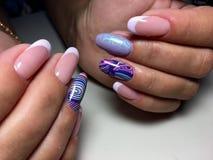 lila fransk manikyr med abstraktion royaltyfri bild