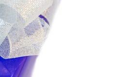 Lila gåva för skönhet med silverpilbågen Arkivfoton