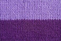Lila gestrickte Hintergrundnahaufnahme der Farbe Wollen Lizenzfreie Stockfotos