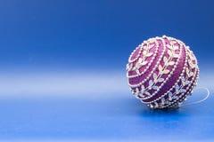 Lila jul klumpa ihop sig med vita prydnader på blå bakgrund Royaltyfria Foton