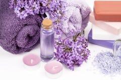 Lila Naturkosmetik, handgemachte Vorbereitung von ätherischen Ölen, Parfüm, sahnt, seift von den frischen und lila Blumen ein lizenzfreie stockfotografie