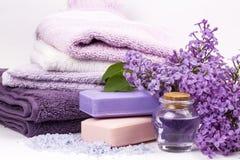 Lila Naturkosmetik, handgemachte Vorbereitung von ätherischen Ölen, Parfüm, sahnt, seift von den frischen und lila Blumen ein stockfotografie