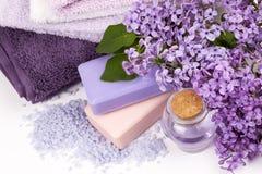 Lila Naturkosmetik, handgemachte Vorbereitung von ätherischen Ölen, Parfüm, sahnt, seift von den frischen und lila Blumen ein lizenzfreies stockbild